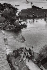 Watersnoodramp_1953_dijkdoorbraak_Den_Bommel.jpg